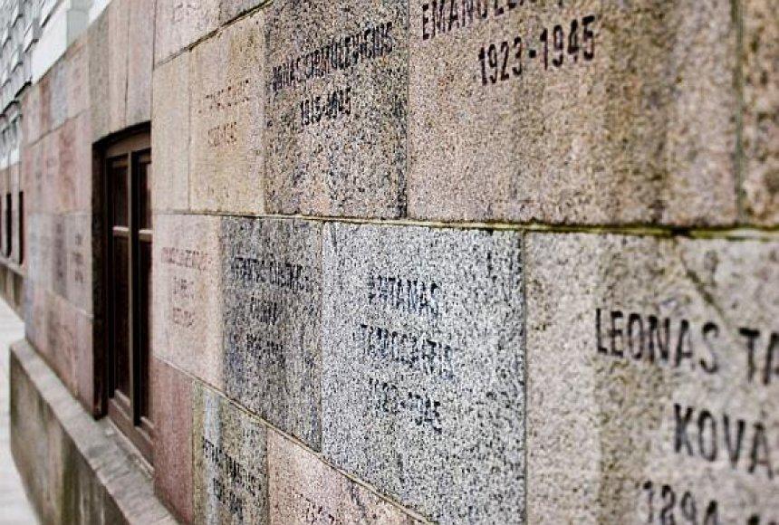 Sovietinio režimo aukų pavardės, iškaltos ant buvusių KGB rūmų pastato sienų.