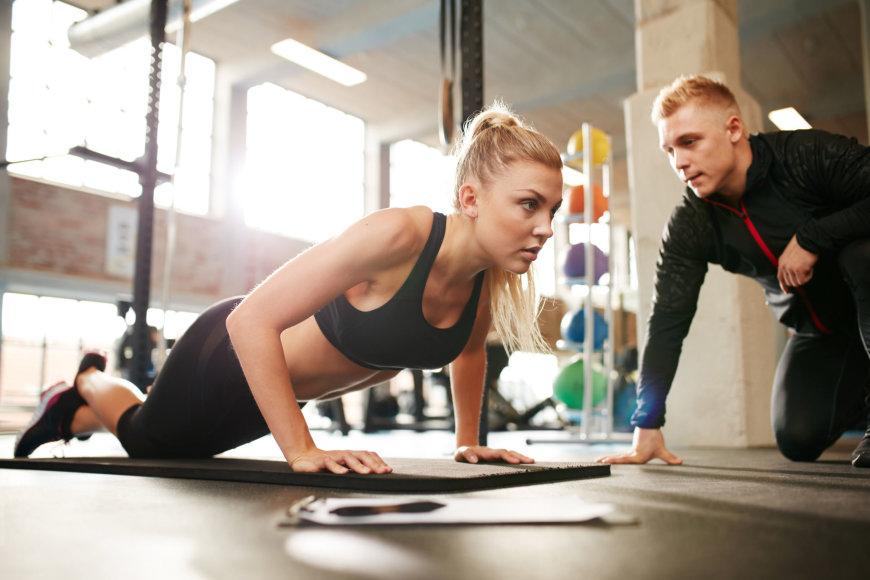 Fotolia nuotr./Treneris stebi sportuojančią merginą.