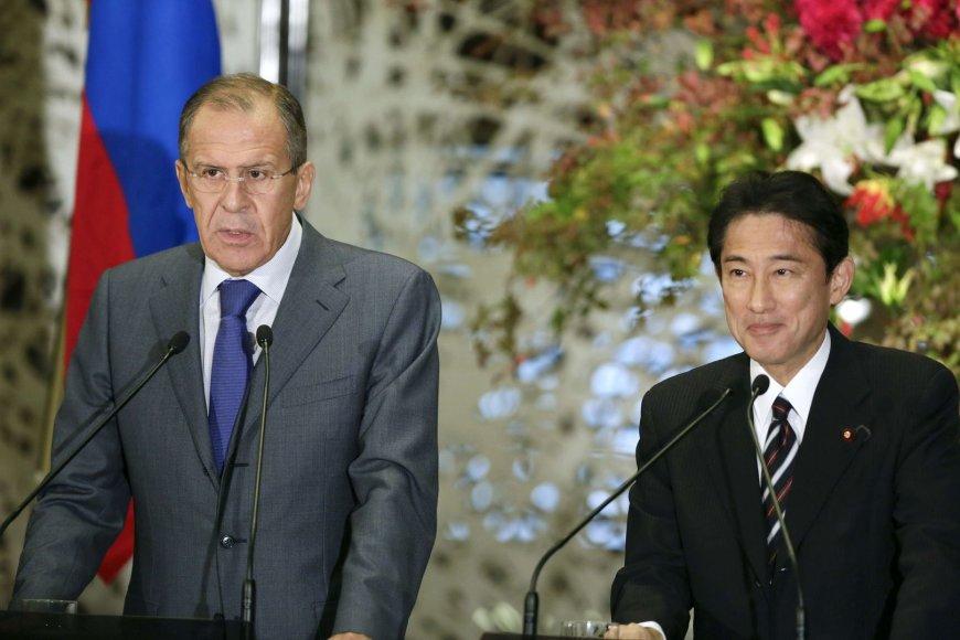 Japonijos užsienio reikalų ministras Fumio Kishida ir Rusijos diplomatijos vadovas Sergejus Lavrovas