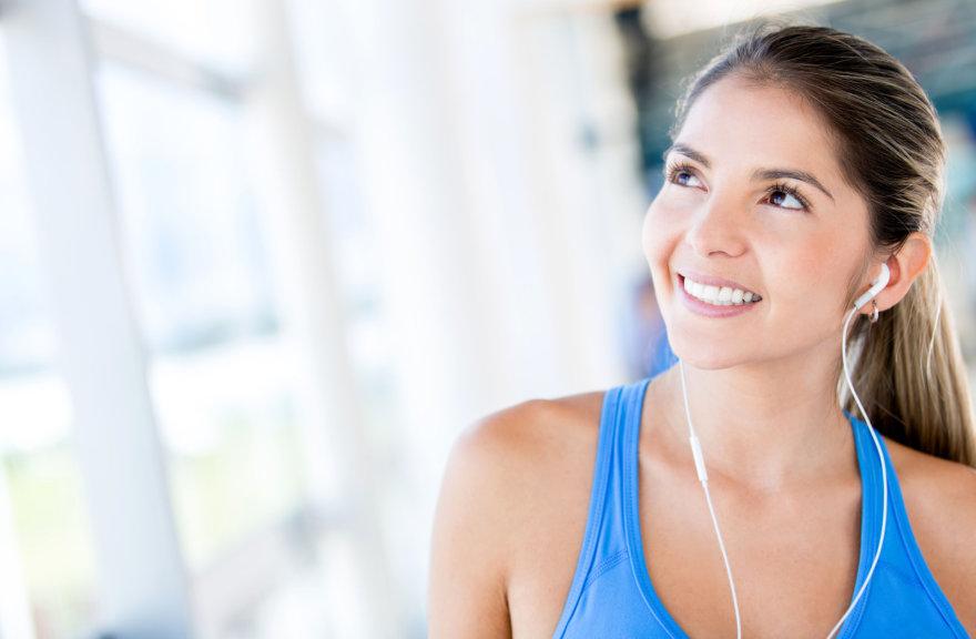 Vida Press nuotr./Mergina treniruotėje klausosi muzikos