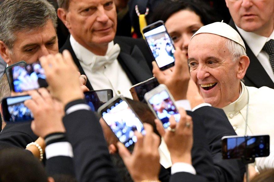 Popiežius Pranciškus išmaniųjų telefonų apsuptyje