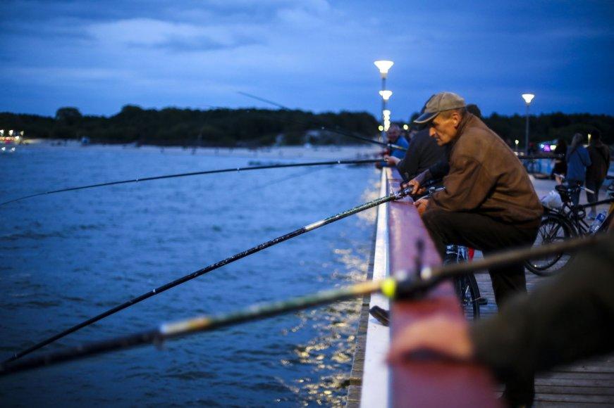Palangos žvejus ant tilto priviliojo strimėlės