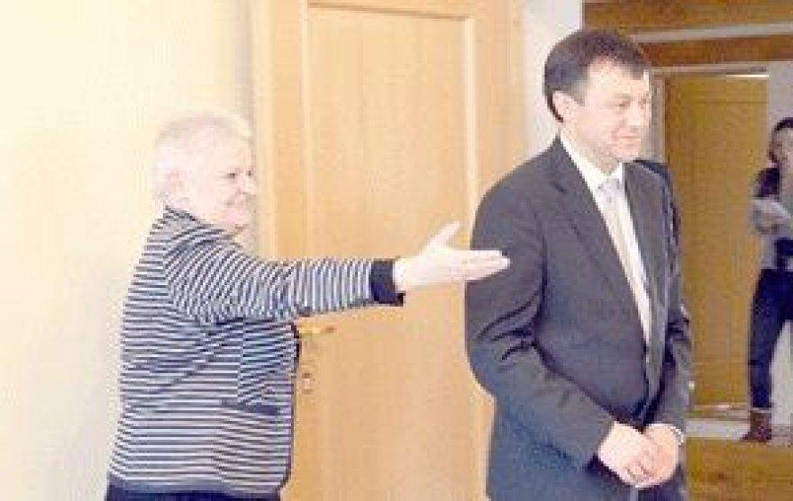 """Biržų rajono savivaldybėje lankėsi Rusijos Federacijos ambasados Konsulinio skyriaus vedėjas Aleksandras Mamajevas. Biržų savivaldybės merė Irutė Varzienė jam pranešė naujausią rajono vadovų sprendimą - sovietų karių kapinėse nebeguldyti """"Birute"""" vadinamo paminklo."""