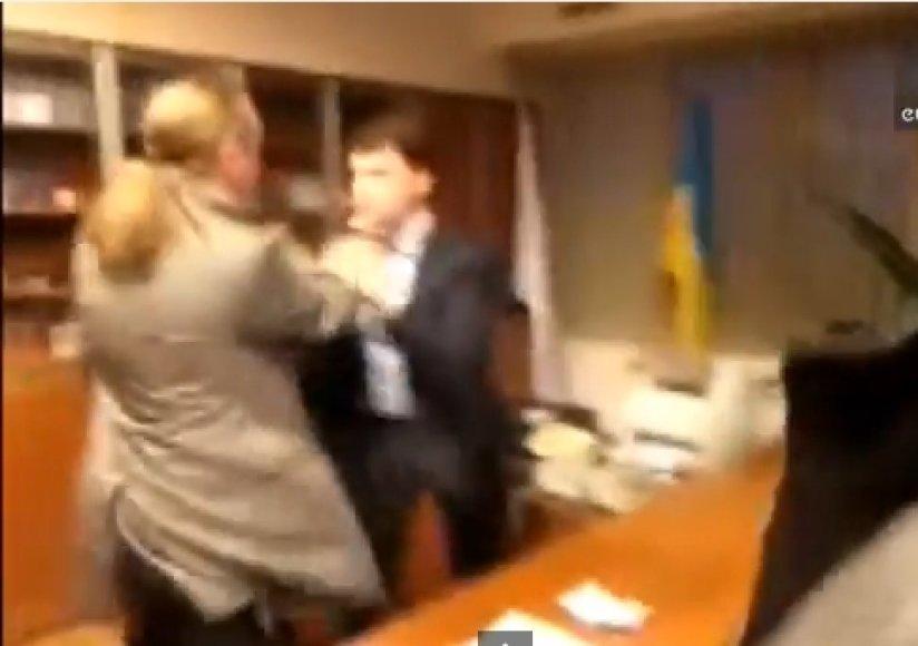 """Internete paskelbtas vaizdo įrašas, kuriame """"Svoboda"""" partijos nariai užpuola Ukrainos nacionalinio transliuotojo vadovą Aleksandrą Panteleymonovą."""