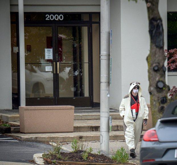 """JAV pašautas pandos kostiumą vilkintis vyras, laikęs """"bombą"""" iš šokoladukų"""