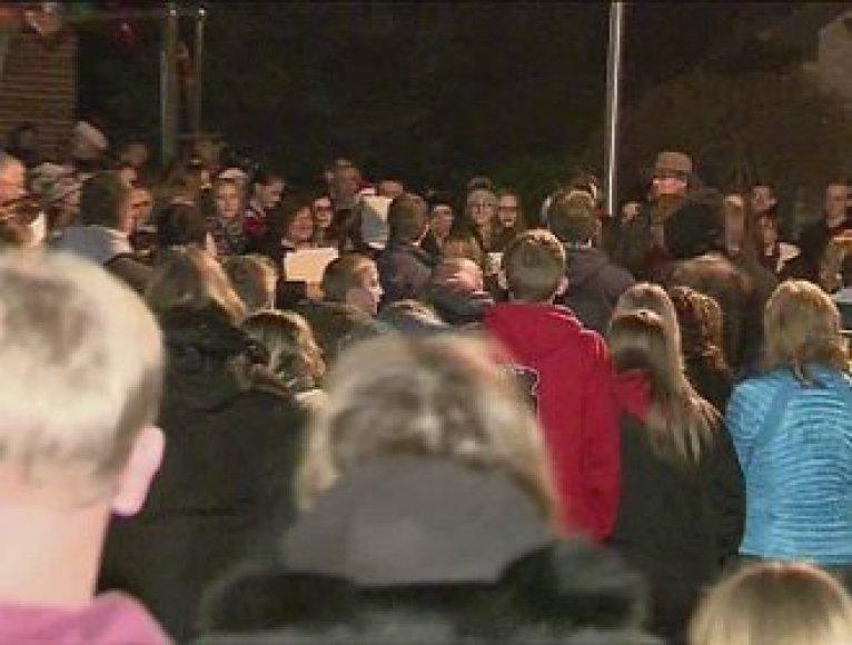 500 žmonių giedojo kalėdines giesmes vėžiu sergančiai mergaitei.