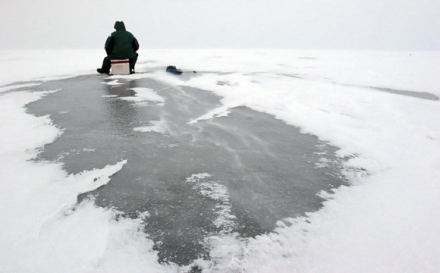Žvejys ant ledo