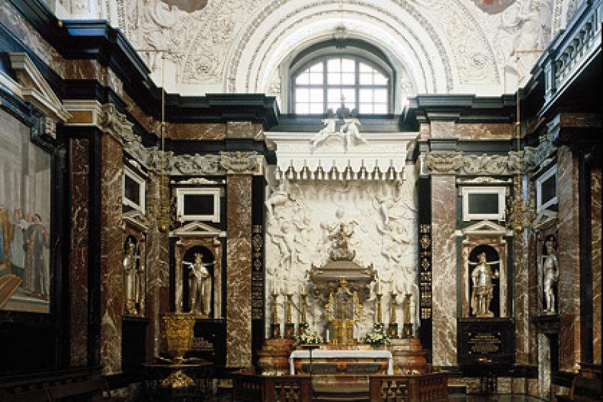 Šv.Kazimiero koplyčia Vilniaus arkikatedroje tviska marmuru