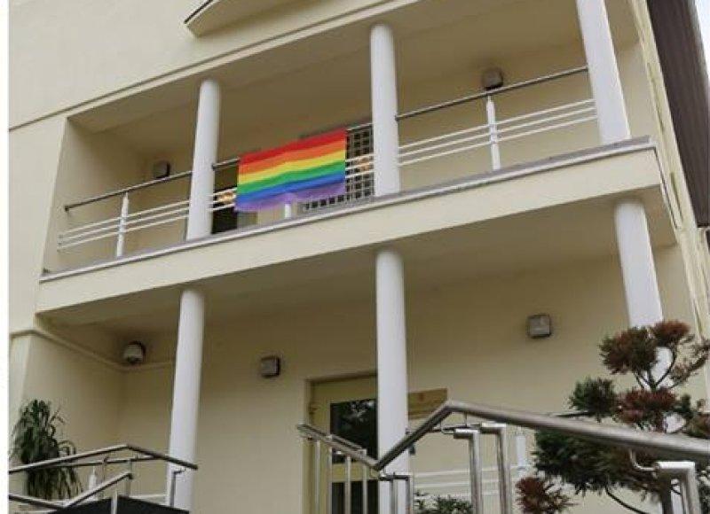 JAV ambasada iškėlė vaivorykštės vėliavą