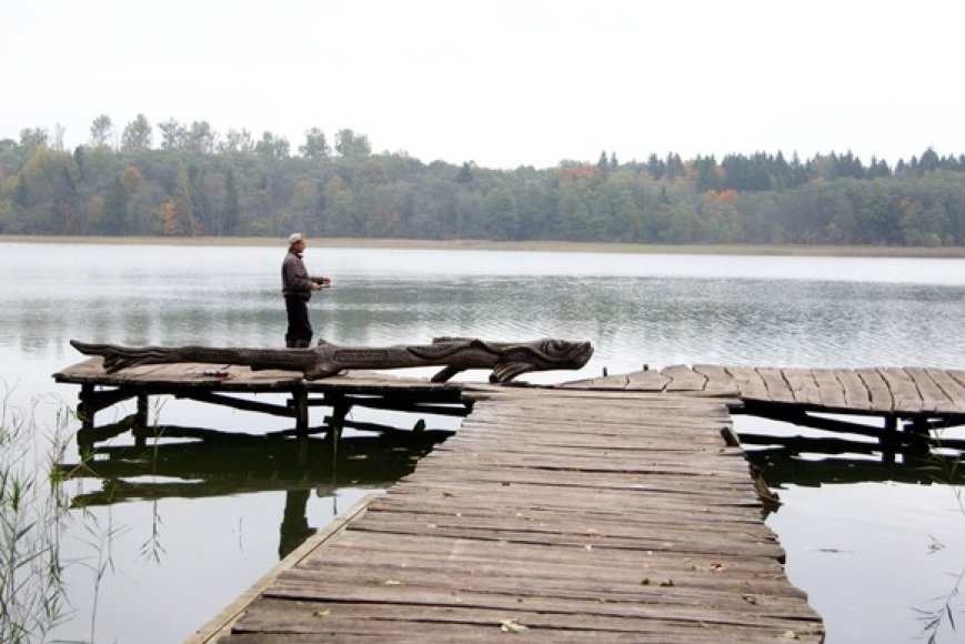 Žvejys prie ežero