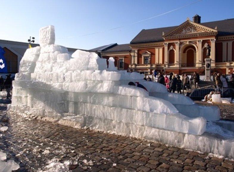 Klaipėdoje pagaminta didžiulė vėtrungės skulptūra iš ledo blokelių.
