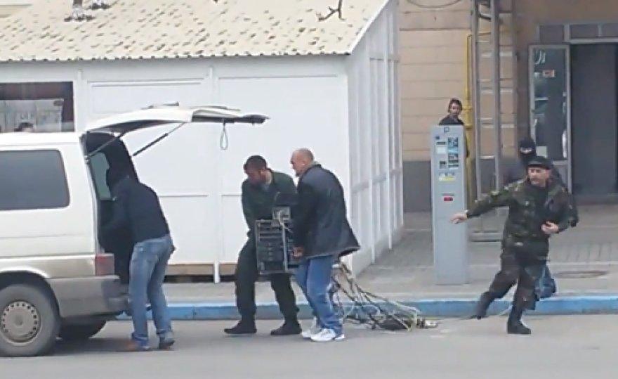 Kryme vyrai neša iš žurnalistų pavogtą įrangą