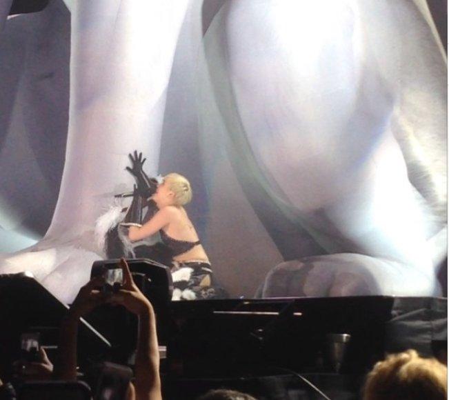 Miley Cyrus prie Floydo skulptūros