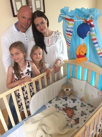 Asmeninio archyvo nuotr./Kristupas Krivickas su žmona ir vaikais