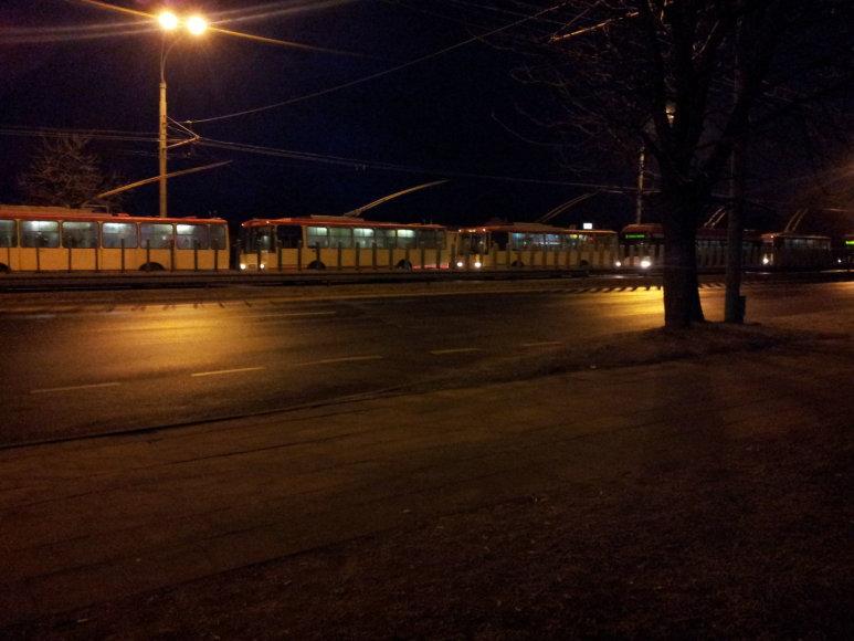 Stingdantis rūkas pirmadienio rytą paralyžiavo troleibusų eismą Vilniuje