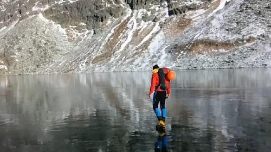 Tomas Nunukas kartu su draugu užfiksavo, kaip jie vaikščioja ant užšalusio kalnų ežero.