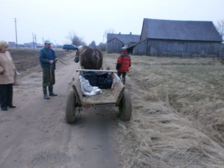 Latvijoje gyvenantis lietuvis naminę degtinę gabeno paslėpęs vežime.