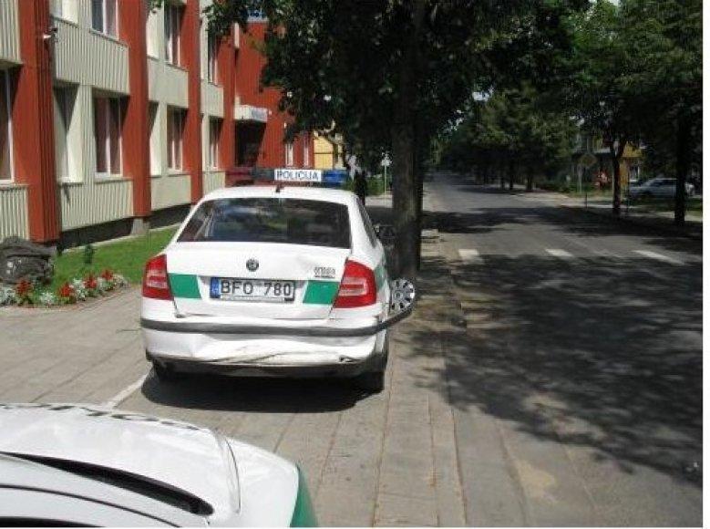 Įpykęs vyras tyčia sudaužė Skuodo pareigūnų automobilį.