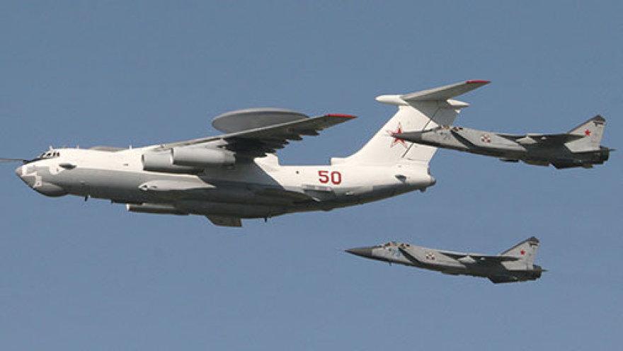 Rusijos lėktuvas А-50. Jį lydi du naikintuvai MiG-31.
