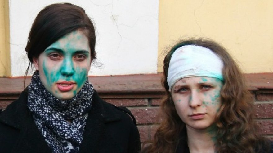 Участниц Pussy Riot вновь облили зеленкой - на этот раз в Мордовии
