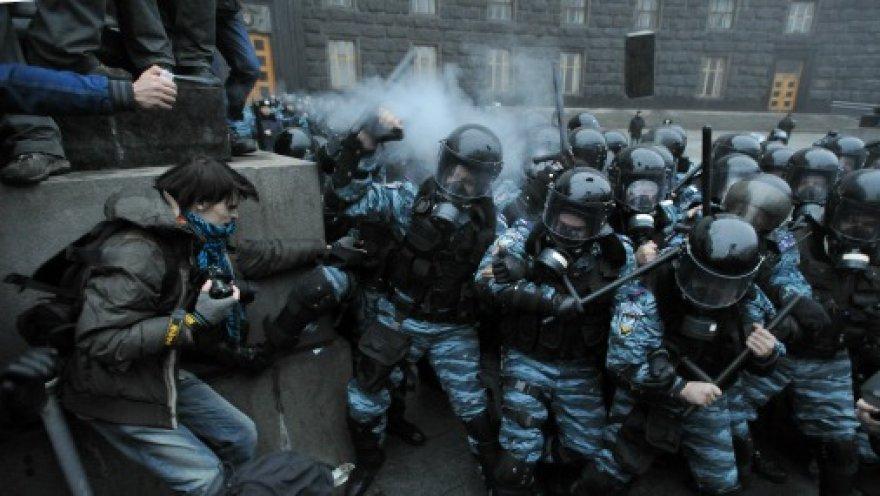 Во Львове «беркутовцы» на коленях попросили прощения у жителей