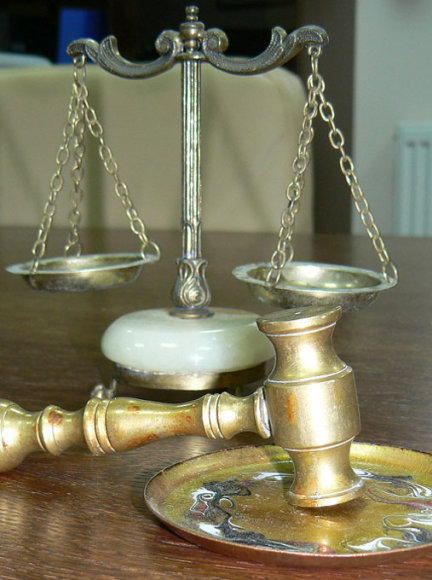 Teisingumo svarstyklės ir plaktukas