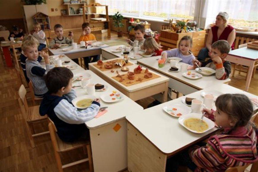 """Anot miesto vadovų, naujoji tvarka vaikų tėvams leis lanksčiau mokėti už savo atžalų maitinimą darželiuose bei lopšeliuose. """"15min"""" nuotr."""