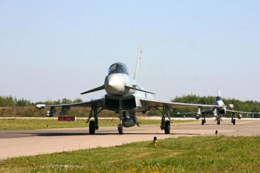"""Vokietijos naikintuvai """"Eurofighter"""" Aviacijos bazėje Šiauliuose"""