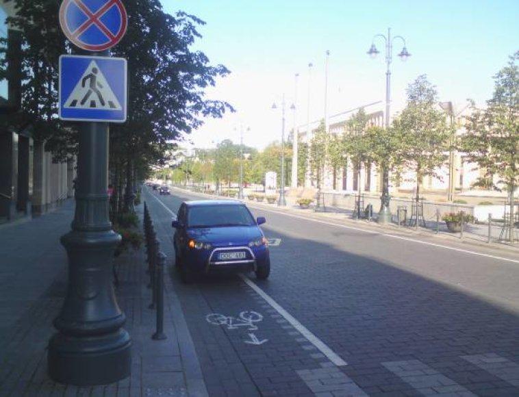 Tipinis pažeidimas: Gedimino prospekte ant dviračių tako numestas neva sugedęs (dėl avarinės signalizacijos) automobilis.