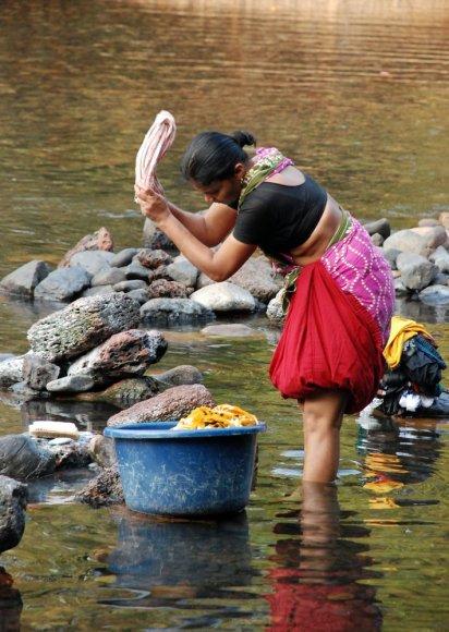 Plauti drabužius upėje – gana įprasta ir šiomis dienomis
