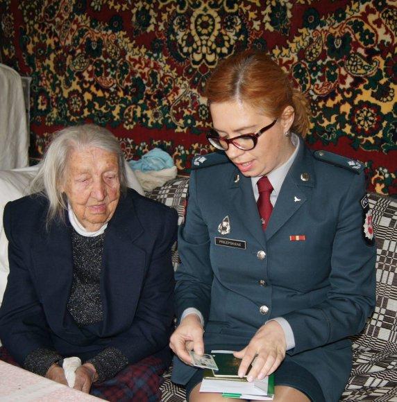 Šimtametei senolei asmens tapatybės kortelė įteikta namuose.