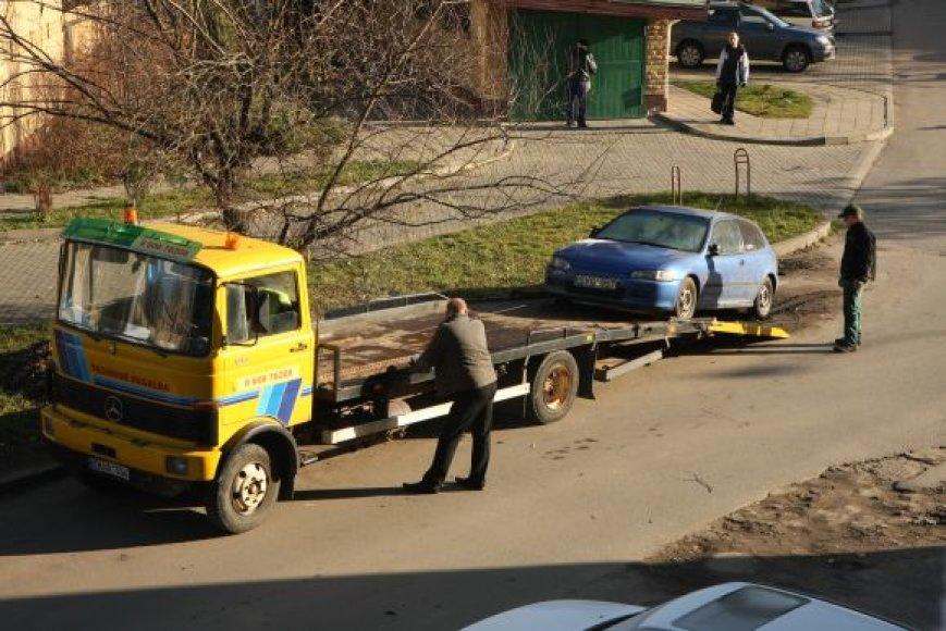 Automobilis užtraukiamas ant techninės pagalbos sunkvežimio paltformos