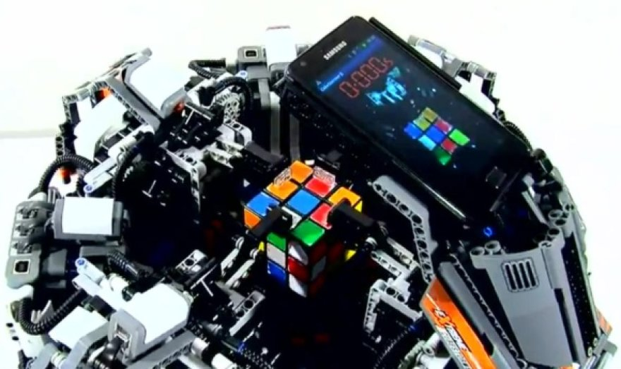 """Rubiko kubą per rekordiškai trumpą laiką išsprendęs robotas """"CubeStormer II"""""""