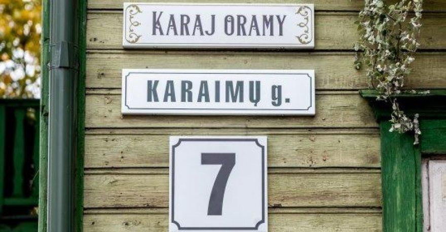 Penktadienį sostinės Žvėryno Karaimų gatvėje atidengtas gatvės puošybos elementas karaimų kalba