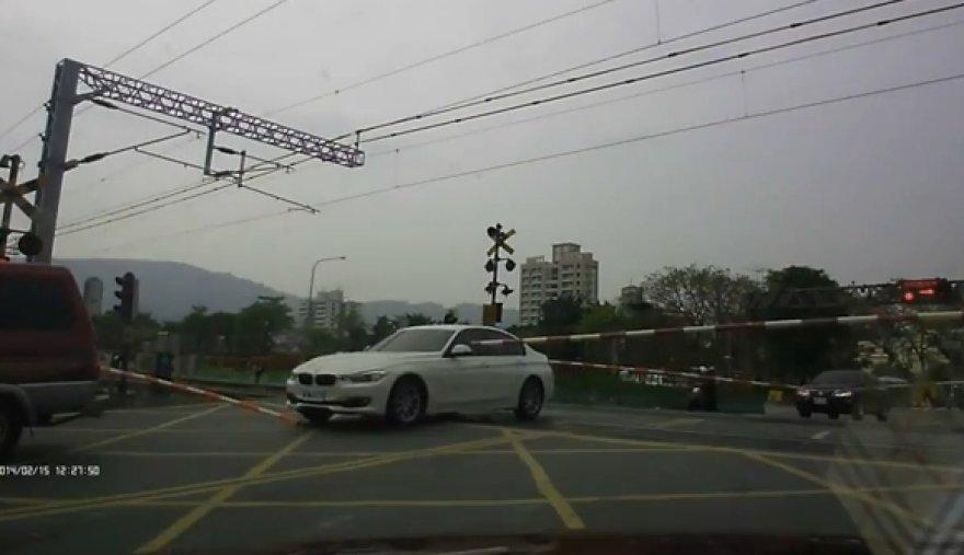 BMW ant geležinkelio bėgių