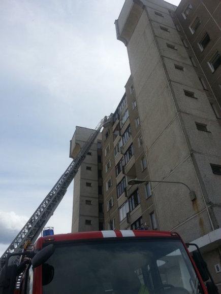 Vilniuje uždūmintas daugiaaukščio namo balkonas
