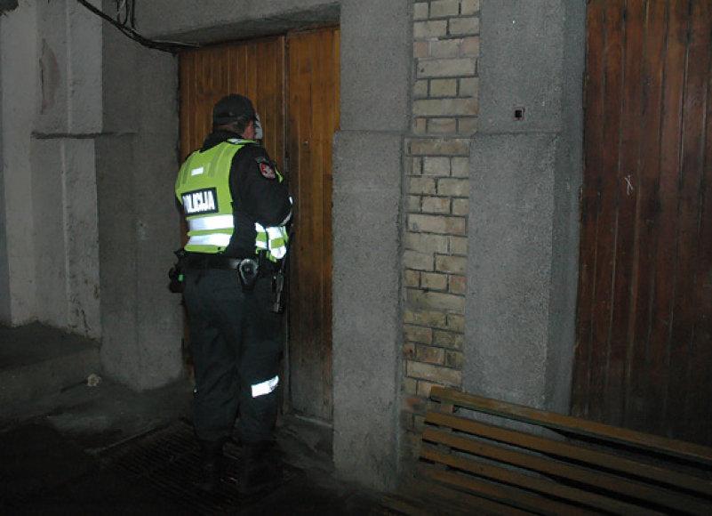 Policininkas prie komisariato durų