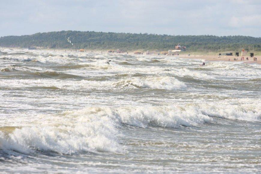 Baltijos jūra šią savaitę itin banguota, poilsiautojai įspėjami apie pavojų.