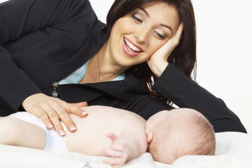 Motinos glostymu ramina kūdikius.