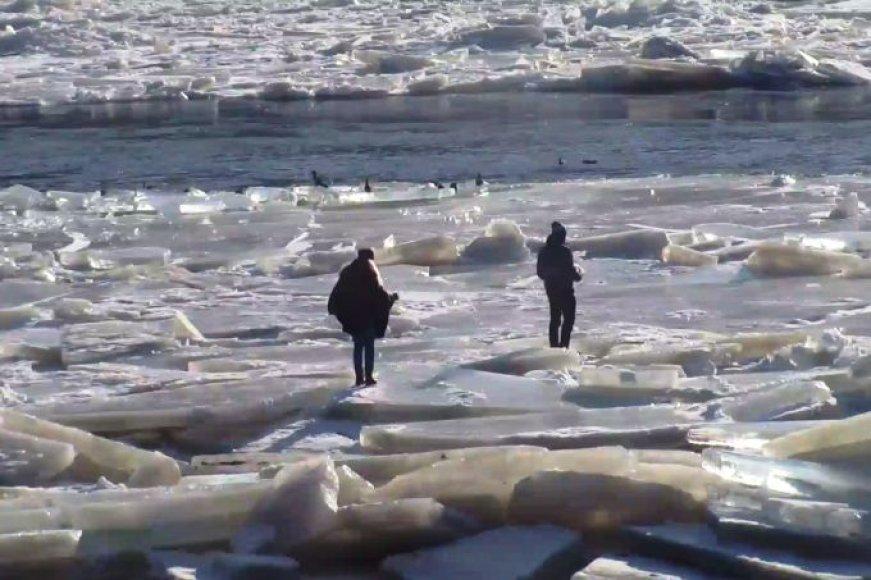 Žmonės ant ledo