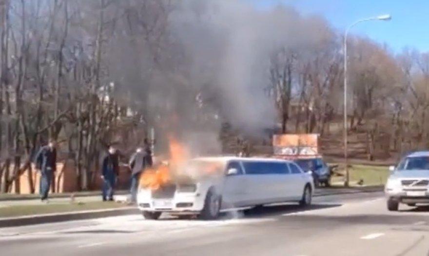 Degantis limuzinas