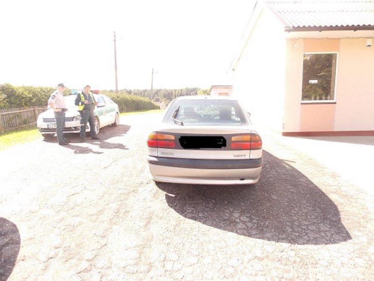 Girta vairuotoja taranavo Žvingių kaimo parduotuvę.