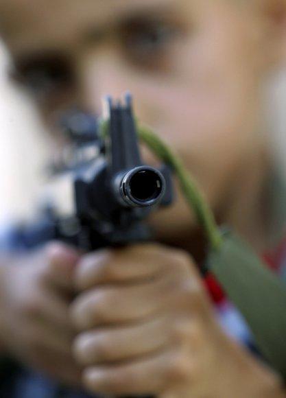 Berniukas su žaisliniu ginklu