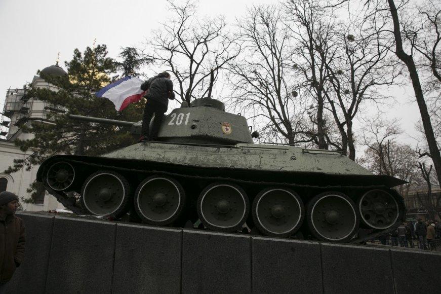 Vyras su Krymo vėliava ant seno sovietų tanko