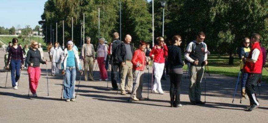 Šiaurietiškas vaikščiojimas lazdomis tampa vis populiaresnis.