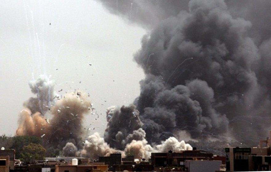 Bombarduojama viena iš Muamaro Kadhafi rezidencijų