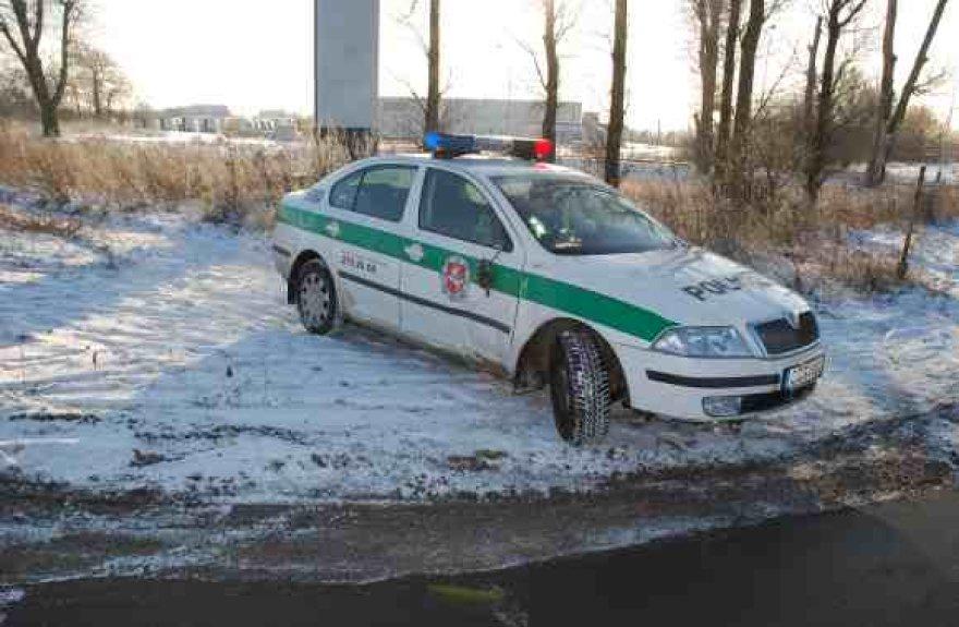 Į pakelės griovį išskriejęs policijos automobilis sugebėjo netrukus sava eiga sugrįžti arčiau važiuojamosios dalies, o vėliau ir išvažiuoti į remonto dirbtuves.