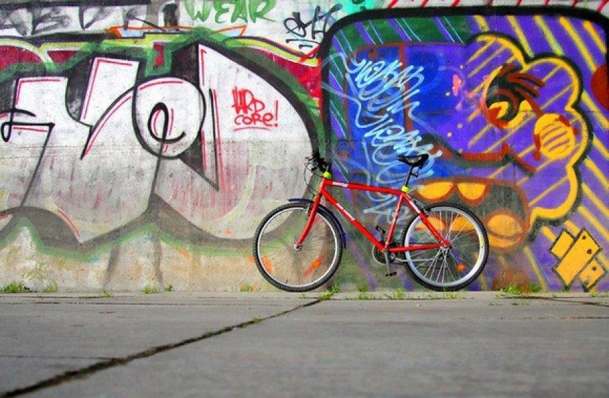 Dviratis prie grafiti sienos