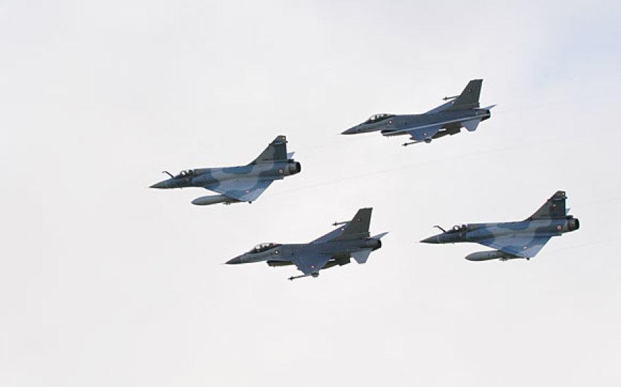 """Prancūzų """"Mirage 2000"""" ir danų F-16 ore virš Zoknių"""