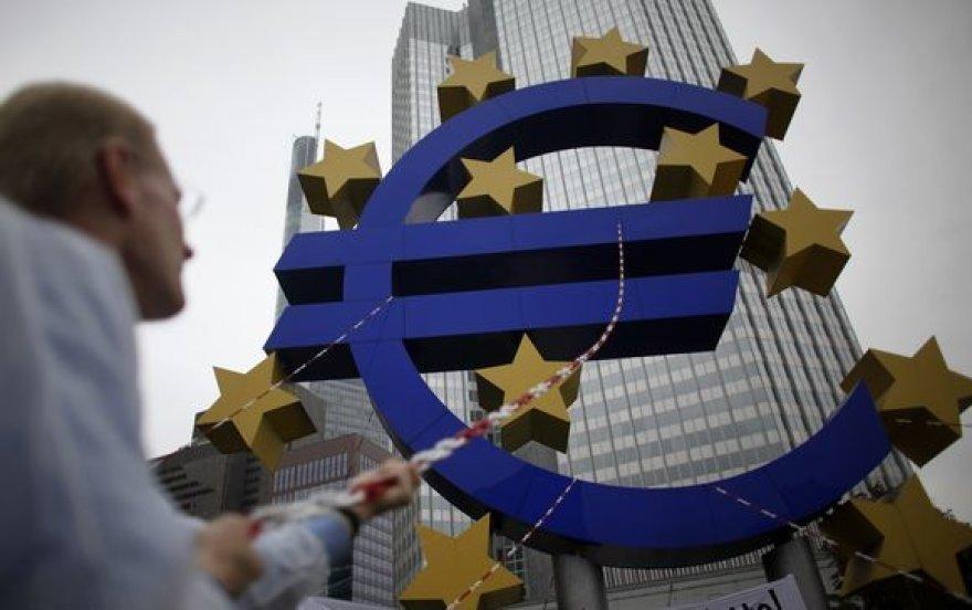Euro ženklas prie Europos centrinio banko Frankfurte prie Maino.